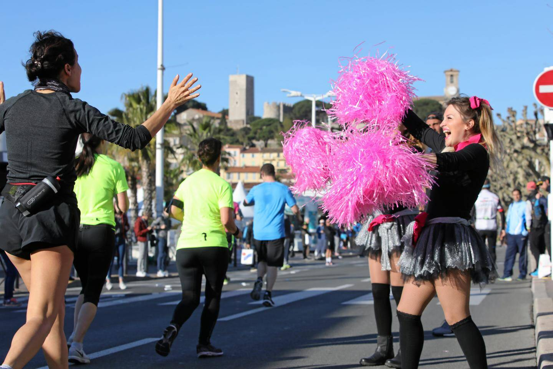Des pom-pom girls encourageaient les coureurs pendant les courses.