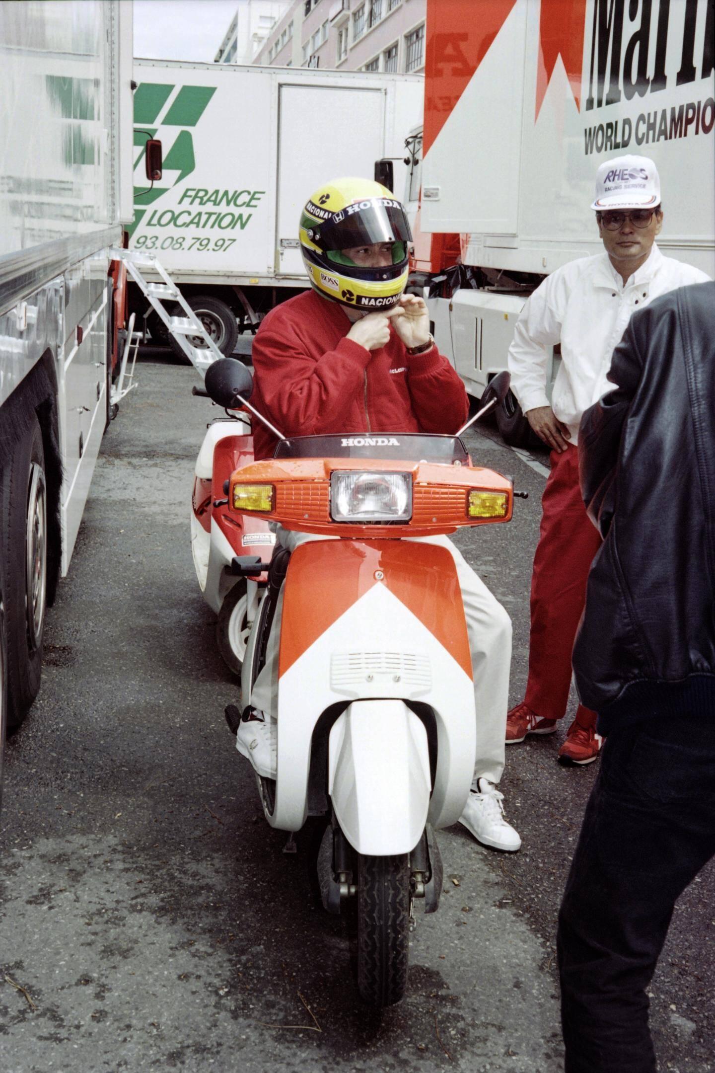 Ayrton Senna se prépare avant la course en 1991.