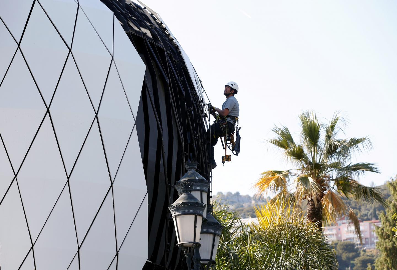 Les pavillons conçus par Richard Martinet, à qui l'on doit aussi l'Hôtel de Paris, sont démontés plaque par plaque, et envoyés au recyclage.