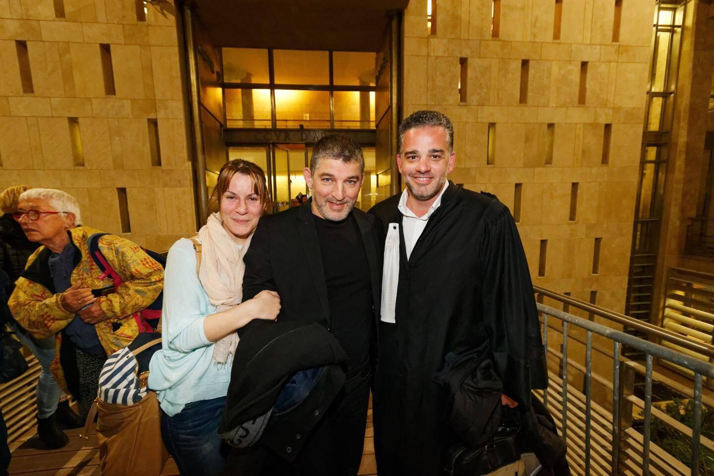 Henri Bartolo, sa compagne et son avocat, quelques minutes après son acquittement hier.