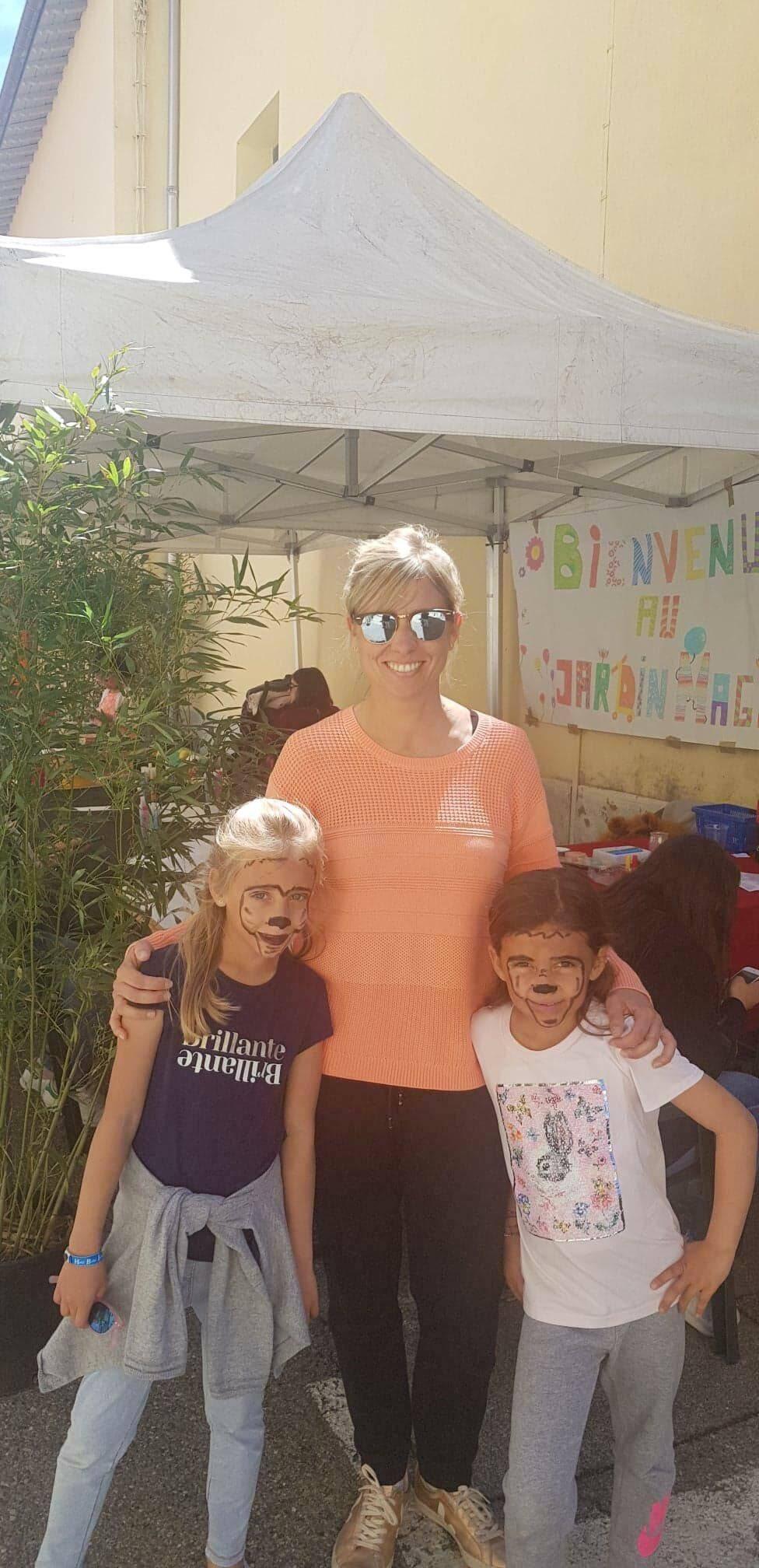 Habitante de la commune avec ses enfants qui ont profité d'un stand qui leur était dédié.
