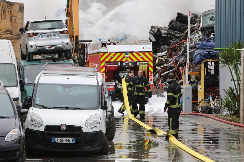 """Les pompiers ont notamment dispersé de """"l'émousseur""""."""