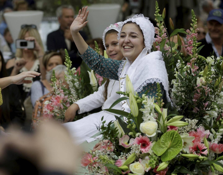 Les ovnis du col de Vence étaient de retour, en ville ! Les charmes des danseuses brésiliennes ont fait crépiter les smartphones. Corinne est restée reine, avec ses deux demoiselles d'honneur.