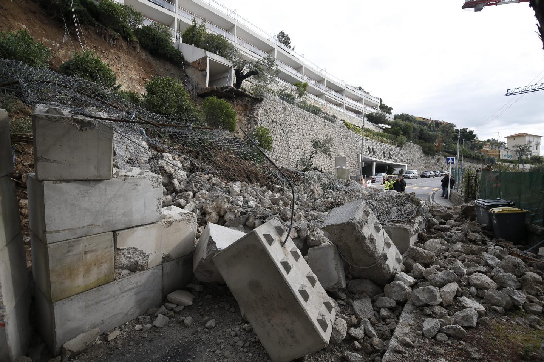 L'éboulement a eu lieu juste après le premier tunnel qui suit le giratoire de l'hôpital, à l'entrée Ouest de Monaco.