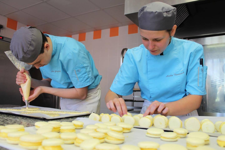 Préparation de macaron en cuisine.