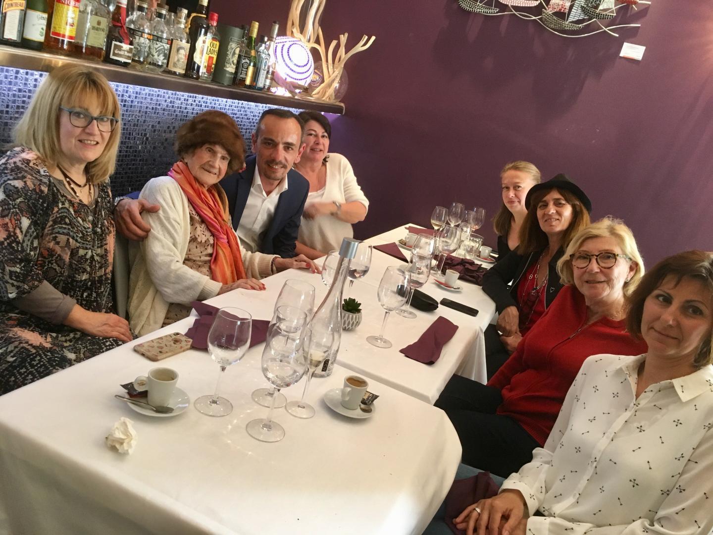 Avant d'aller rencontrer les élèves au collège Jean-Cocteau, Maryse a déjeuné au Café des Saveurs à Beaulieu où elle a été accueillie par Mika Noël.