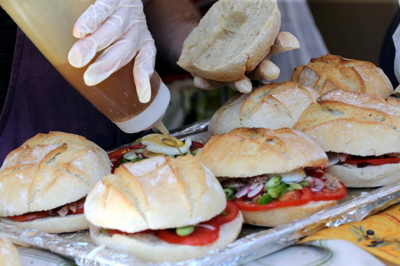 Le pan-bagnat : bien garni de légumes du pays, bien arrosé d'huile d'olive, voilà le casse-croûte 4 étoiles !