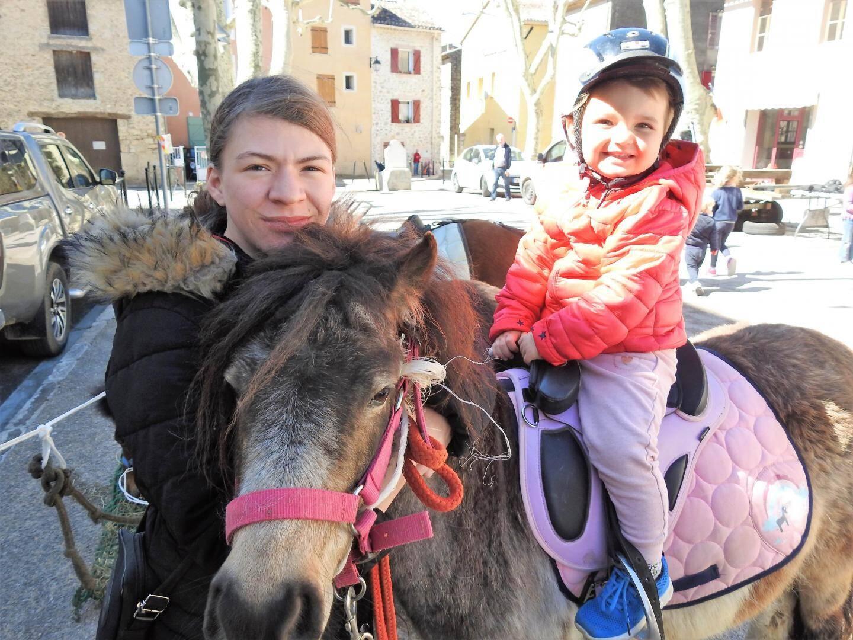 Avec l'aide de Gelyna, Shanone, 2 ans et demi, a fait un tour sur Amande, des écuries d'Edoras.