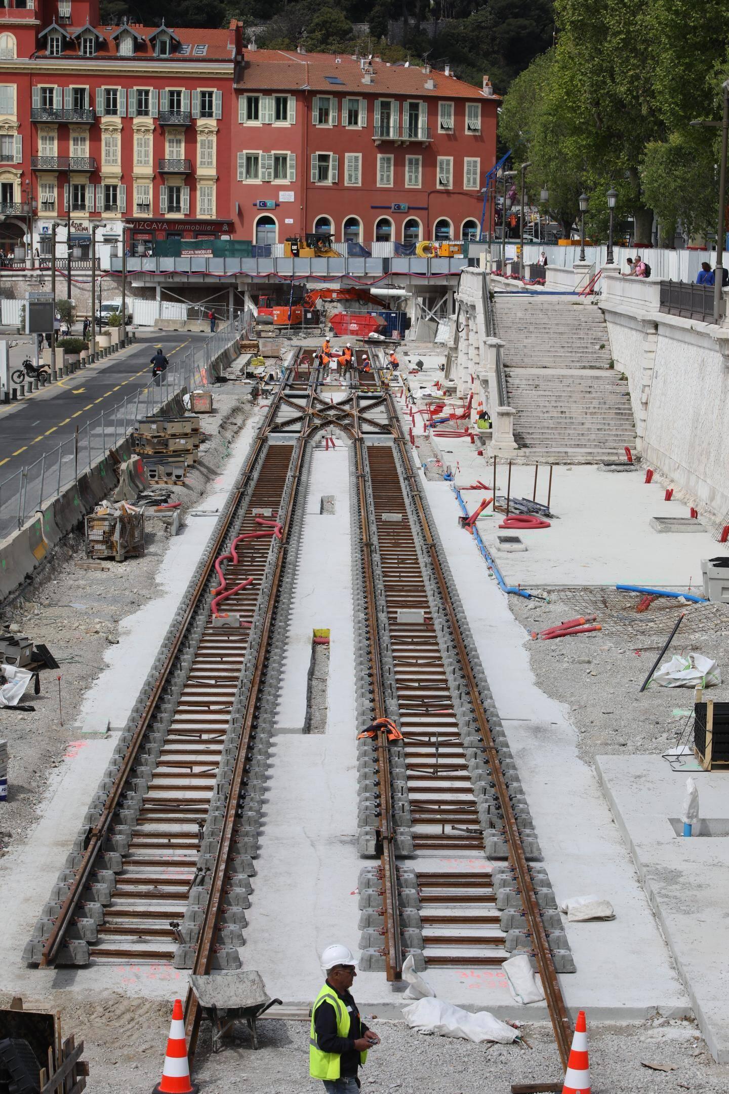La station souterraine Durandy dévoile ses premiers escalators qui plongent vers les différents niveaux de l'ouvrage. Une structure métallique, qui sera habillée, les abritera.