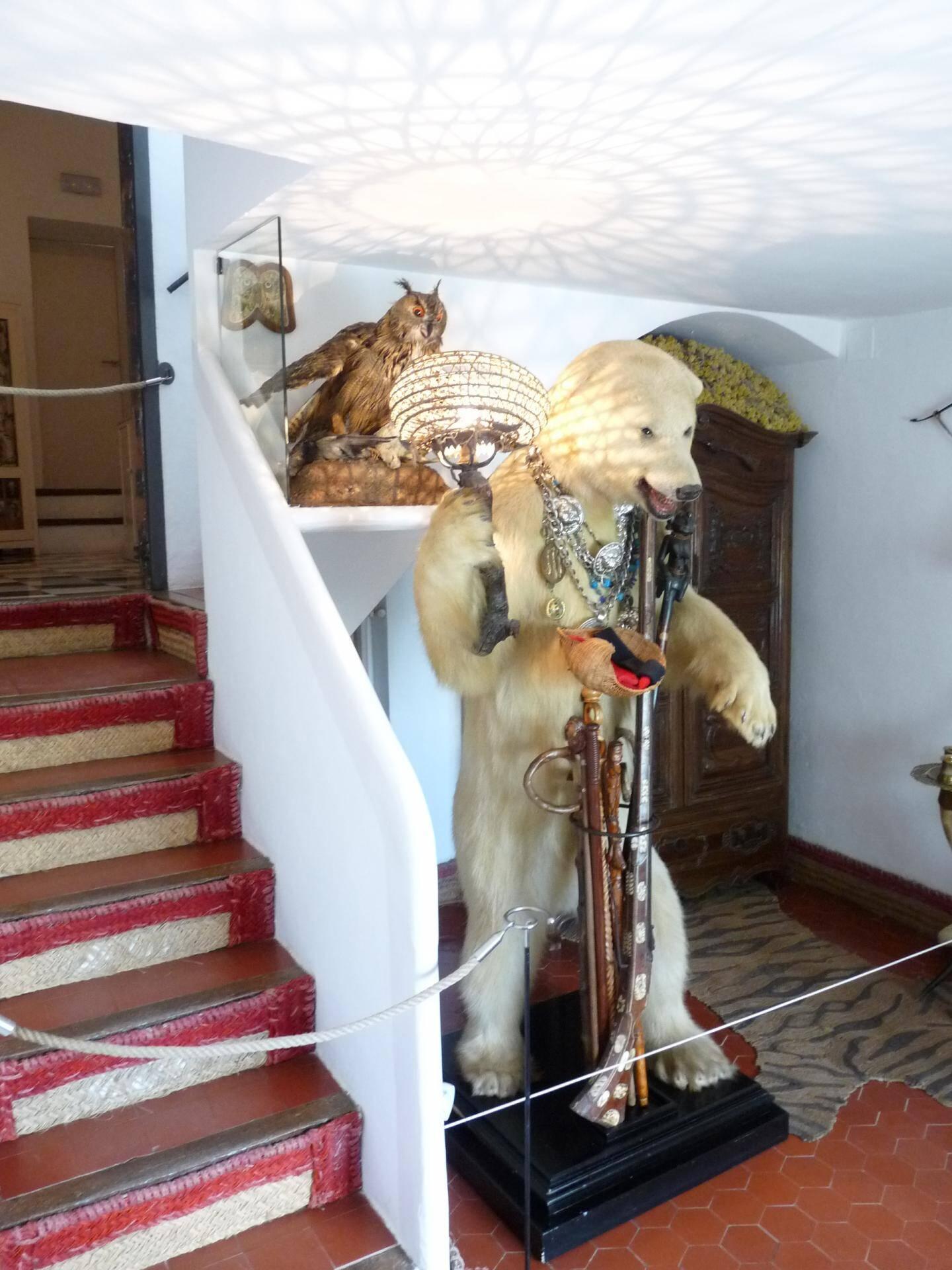 L'ours customisé qui accueille les visiteurs.