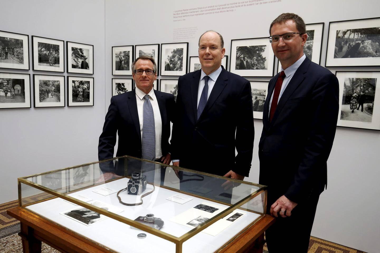 Autour du prince Albert II, Vincent Vatrican et Thomas Fouilleron, les commissaires de l'exposition, ont présenté leur travail sur cette journée du 6 mai 1955.