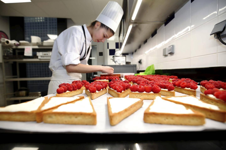 Dans la pâtisserie, l'heure est au façonnage des tartes aux framboises livrées ensuite dans les établissements du groupe.