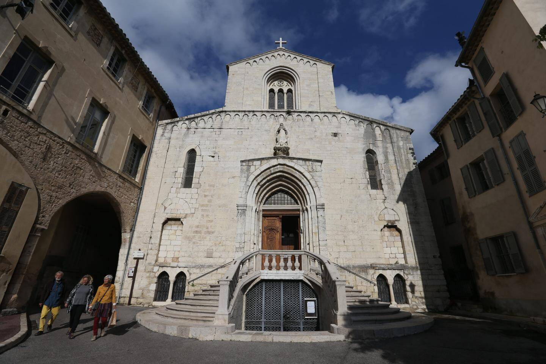 La cathédrale de Grasse, datant du XIIIe siècle, aurait bien besoin d'une rénovation totale. Pour l'heure, une collecte est ouverte pour son grand orgue.