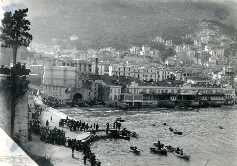 Le port Hercule en 1895 avec le bâtiment des thermes Valentia, le château d'eau et les immeubles de la Condamine.