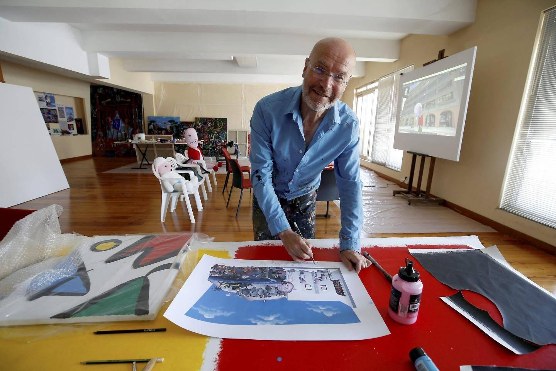 Dans l'atelier, sous l'œil de son double, Moya a notamment développé une série de fresques pour illustrer le travail du Centre scientifique de Monaco.