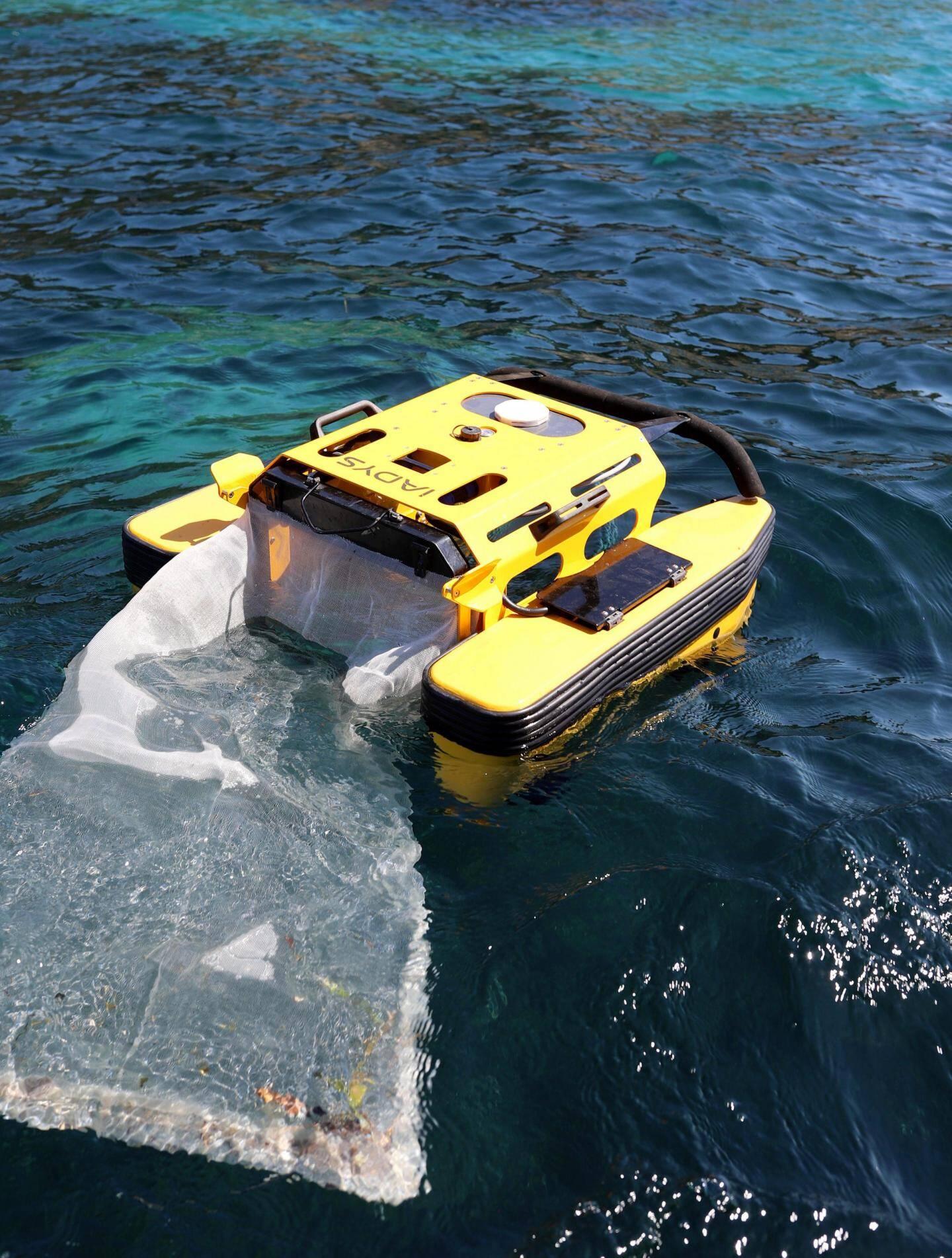 Le Jellyfishbot capture les plastiques présents dans le port à l'aide d'un filet.