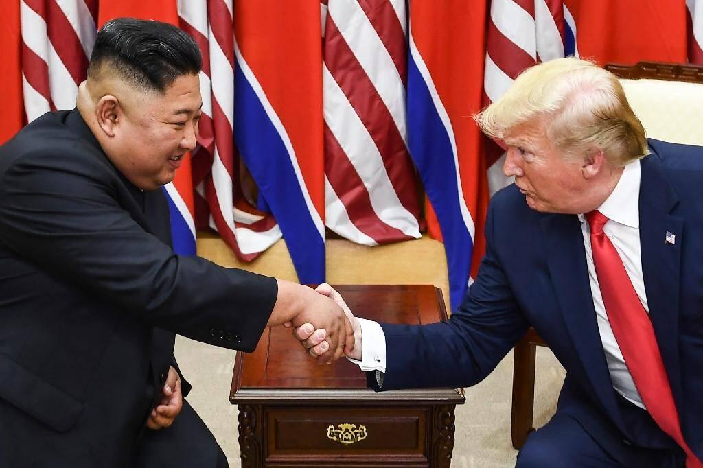 Le dirigeant nord-coréen Kim Jong Un et le président américain Donald Trump lors de leur rencontre dans la zone démilitarisée entre les deux Corées, le 30 juin 2019.