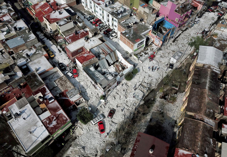 Une vue aérienne de la ville de Guadalajara sous la grêle.