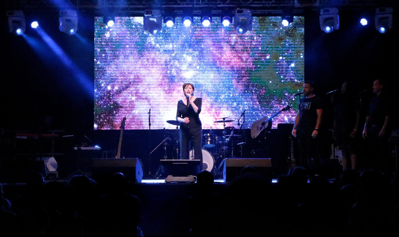 Grosse performance de l'imitateur Erick Baert, véritable performeur vocal.
