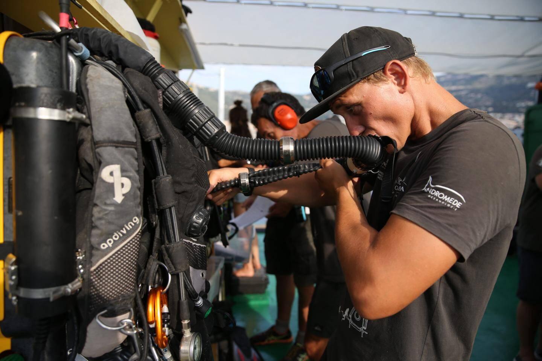 Comme ils ne peuvent pas sortir du caisson, les plongeurs ont confié à des très proches l'entretien du matériel qui leur permet de respirer au fond.