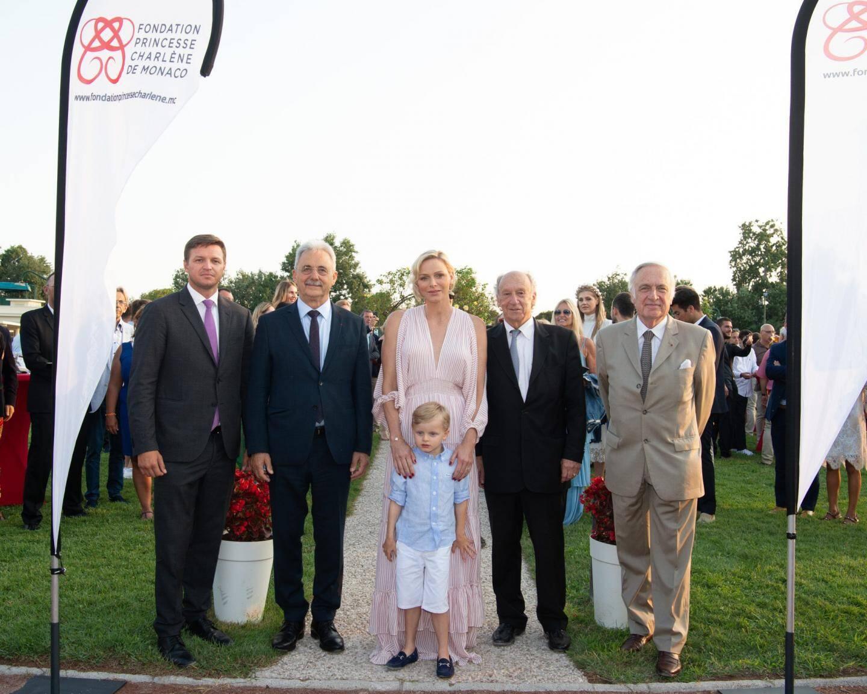 La princesse entourée de Gareth Wittstock, Louis Nègre, maire de Cagnes-sur-Mer, François Forcioli-Conti, président de la Société des courses de la Côte d'Azur, et Dominique de Bellaigue, président du Trot français.