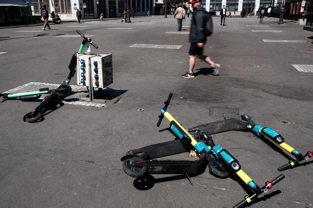 Des trottinettes électriques couchées sur le sol à Paris