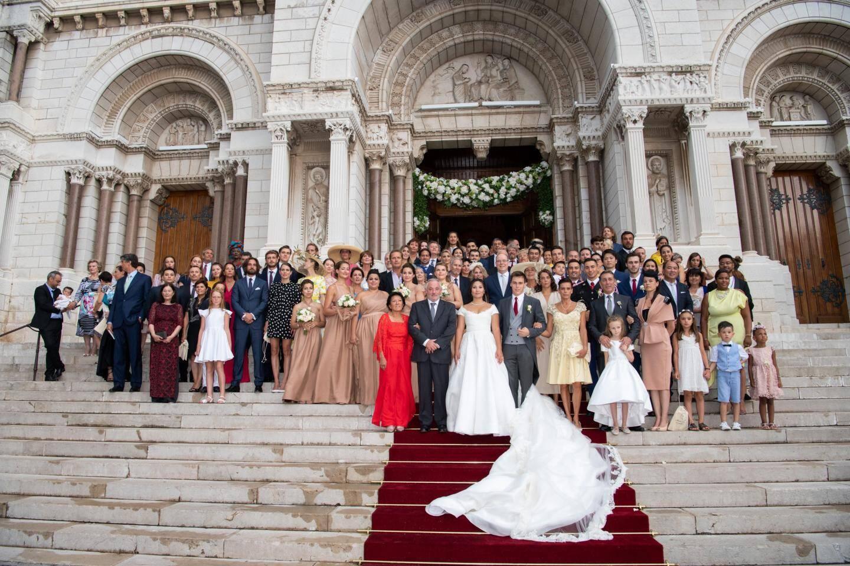 Depuis la noce historique du prince Rainier III et de la princesse Grace, aucun membre de la famille Grimaldi ne s'était marié à la cathédrale. L'occasion était donc belle pour réunir autour du souverain, les convives du mariage sur les marches.