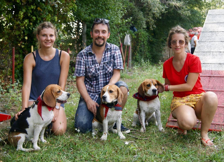 Les vedettes: à gauche, Emilie et son chien Capuche, dog influenceur suivi par plus de 44.000 personnes sur les réseaux! Au centre Henry et Marvel, le Beagle surdoué. À droite Laetitia, organisatrice de l'événement et Lucky, l'égérie de Beagle du 06.