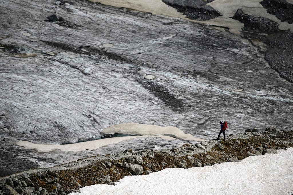 Un homme marche sur le glacier de la Mer de Glace le 18 juin 2019