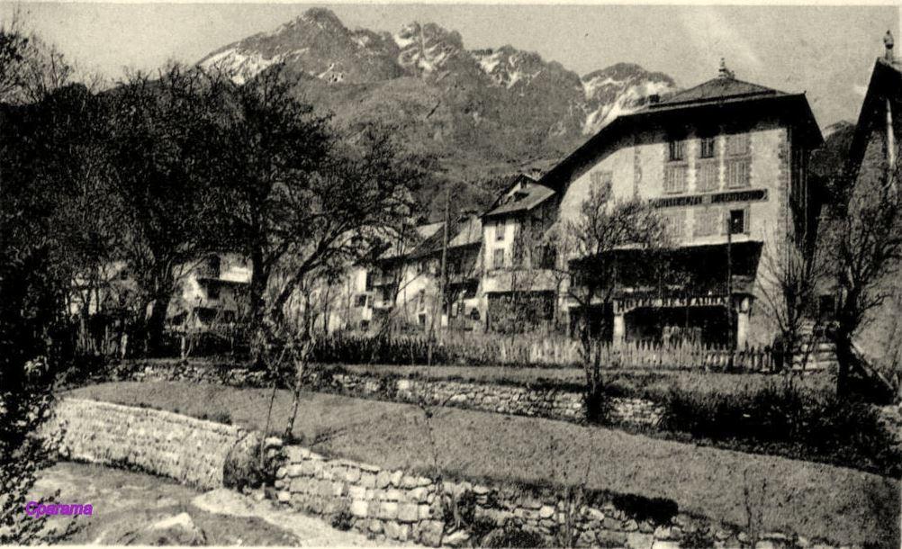 Des premiers travaux avaient commencé, dès 1907 au-dessus du village d'Entraunes, en direction du col sous l'autorité du maire César Ernest Payan.