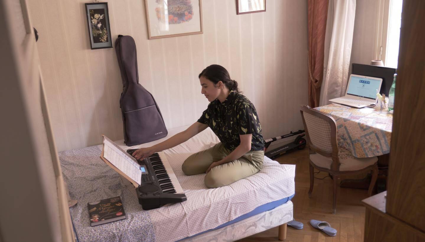 Wafa est logée gratuitement et dispose de sa propre chambre où elle peut s'adonner à sa passion : le chant lyrique.