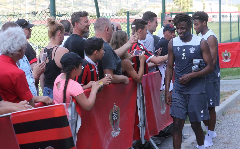 Une centaine de supporters sont venus, ce lundi matin, à la rencontre d'Adrien Tameze et des Niçois.
