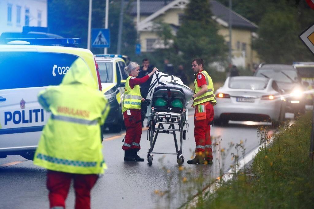 Des médecins norvégiens à proximité d'un brancard après une fusillade dans une mosquée près d'Oslo, à Baerum, le 10 août 2019
