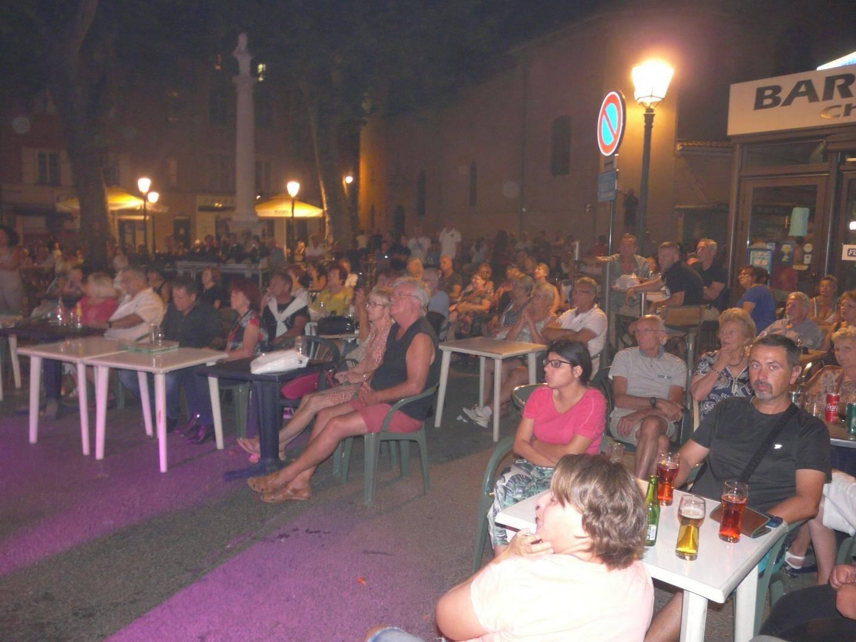 « Folie music-hall » a assuré le show vendredi soir avec les grands standards des années 80.