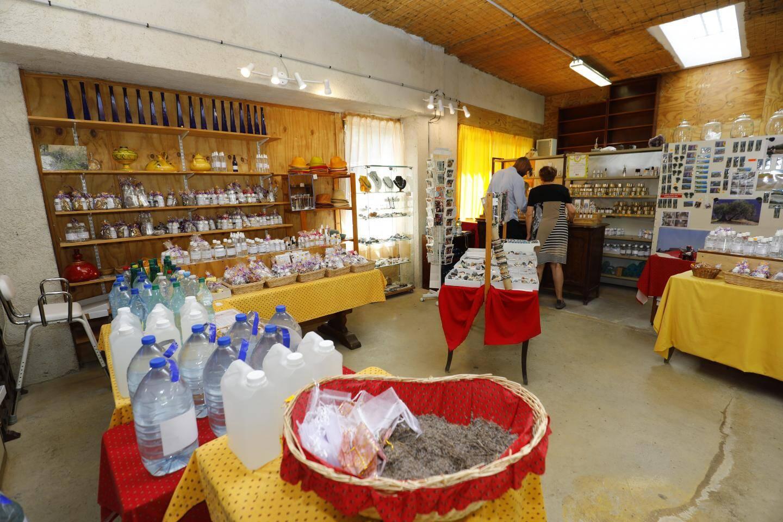 La boutique vend tous les produits à base de lavandin. À côté se trouve l'entrée (1 euro) de la cascade. Et le restaurant du Saut-du-Loup, qui est ouvert à l'année.