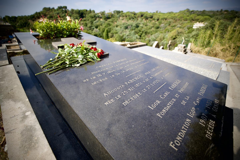 Des roses ce matin-là sur la tombe de Fabergé.