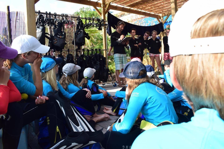 Avant de partir en mer, un briefing s'impose. Pierre Frolla présente les moniteurs du jour et la répartition des équipes.