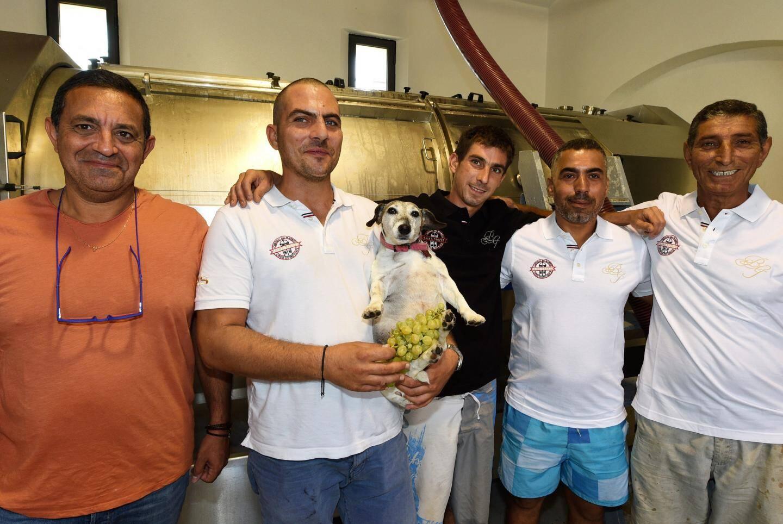 Florent Abramides,  aux côtés de sa fidèle équipe : Bruno, Elvis, Malek et Hicham. Sans oublier Pom le chien, véritable mascotte du Château des Marres !