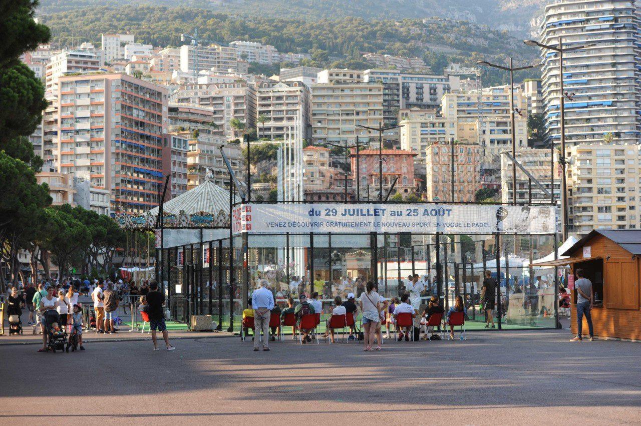 Le court de Padel installé sur le Port Hercule de Monaco.
