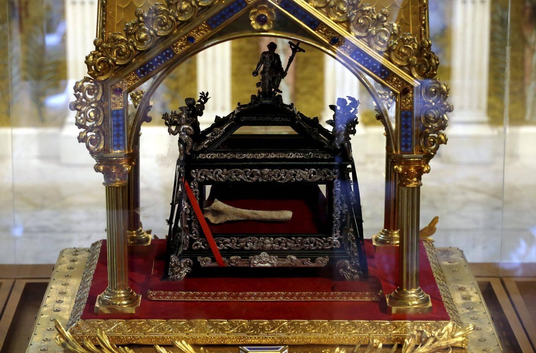 Une relique de Sainte-Dévote. Après analyse, il s'avère qu'il s'agit bien du même corps que les autres reliques.