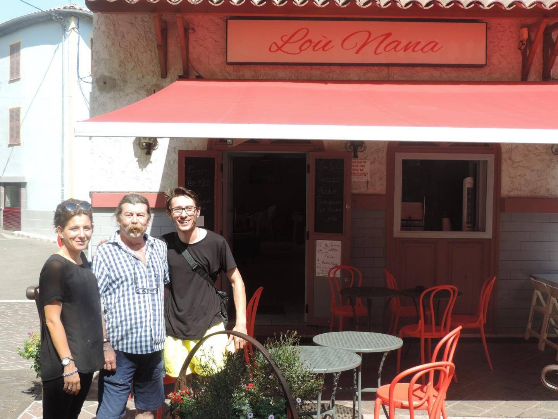 Célia Sacchi, Eric Sacchi et Alexandre Deoliveira tiennent Lou Nana.