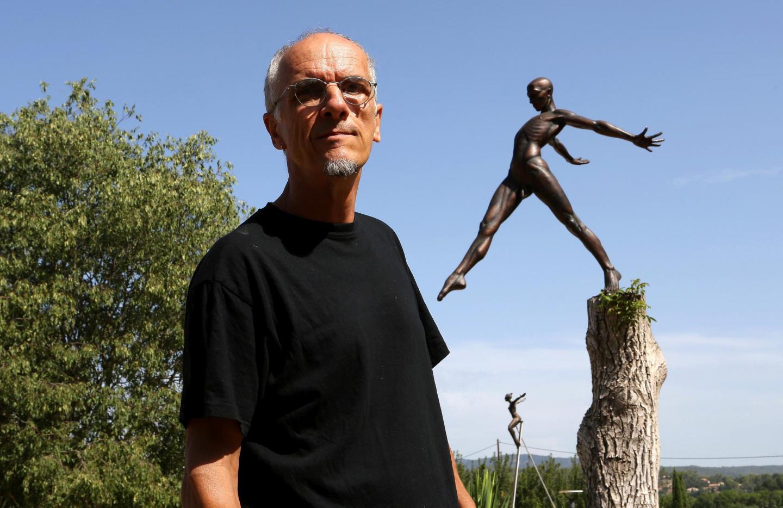 Nicolas Lavarenne devant ses personnages à la galerie du Jas de la Rimade à Carcès.