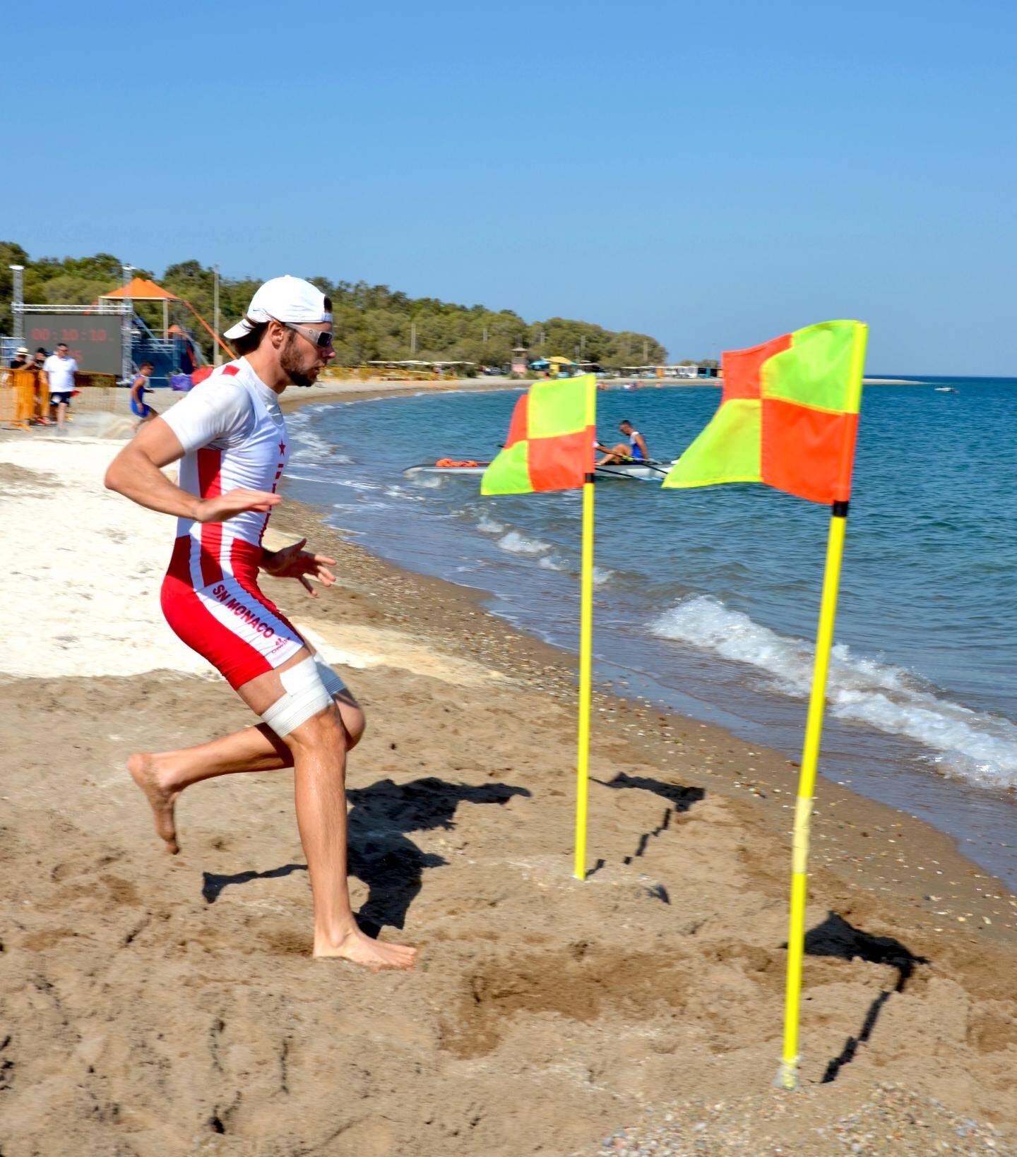 Particularité du beach rowing sprint - aviron, un des deux rameurs (ici Mathias Raymond) doit courir sur la plage avant d'embarquer.  Le double femmes « rouge et blanc » en plein effort.  François Tarditi (entraîneur de l'aviron), très satisfait des résultats obtenus.