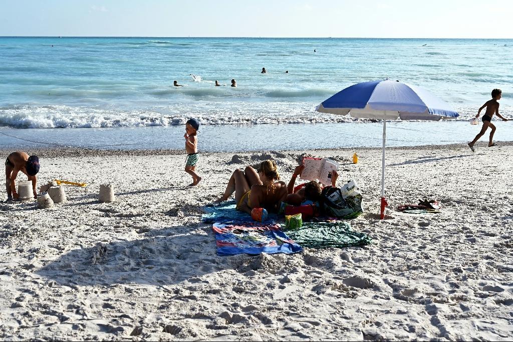 """Des vacanciers sur la """"plage blanche"""" de Rosignano Solvay, le 31 juillet 2019 en Toscane"""