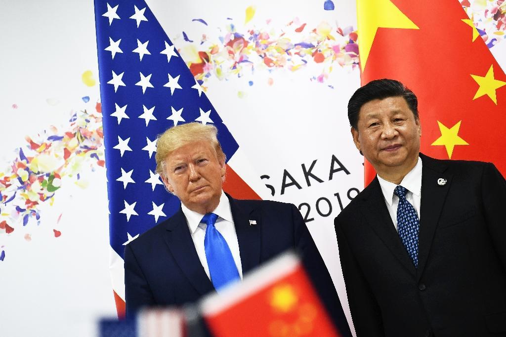 Les présidents américain Donald Trump et chinois Xi Jinping (d) lors du sommet du G20, le 29 juin 2019 à Osaka, au Japon
