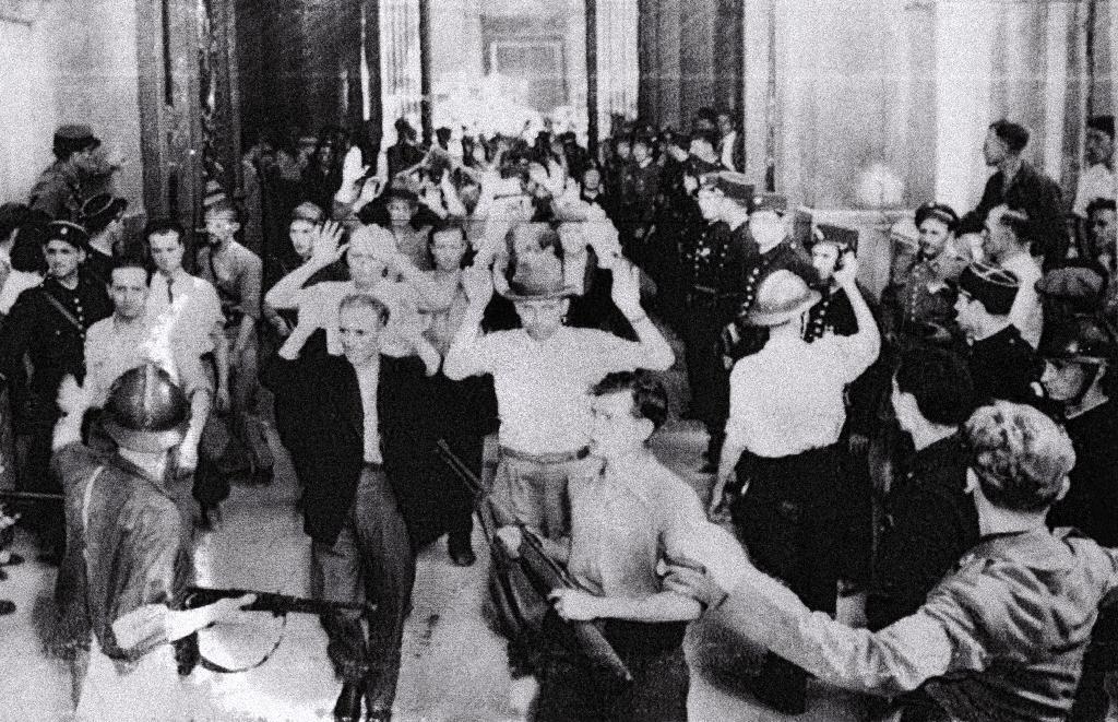 Des personnes accusées de collaboration sortent de la préfecture de Marseille en août 1944
