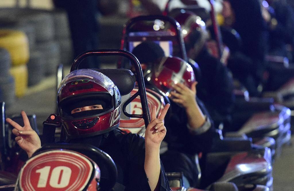 Des Saoudiennes, au volant de kartings, prennent un cours de conduite, le 21 juin 2018 à Ryad