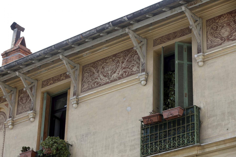 Une des dernières frises créées par Fabien Gauthier, l'unique fresquiste de Menton (photo), est visible sur les façades de la place Fontana, rénovée l'année dernière.