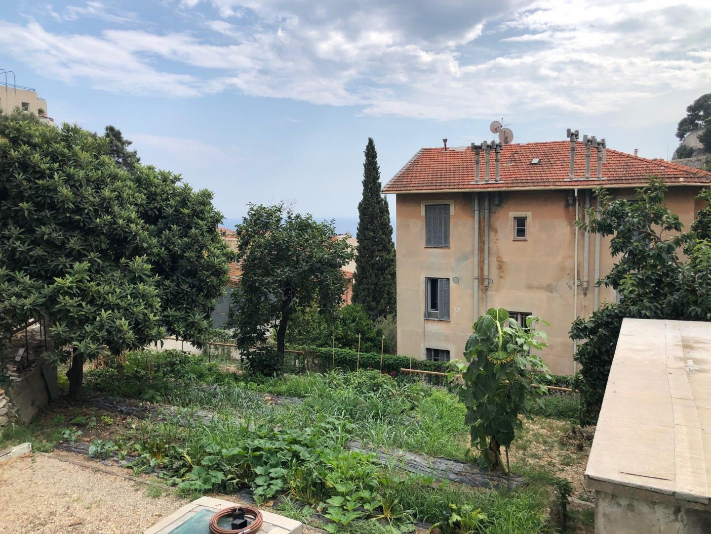 Avec son échappée mer, le jardin rappelle combien les bords de la Méditerranée sont propices à une agriculture d'une immense richesse de goûts.
