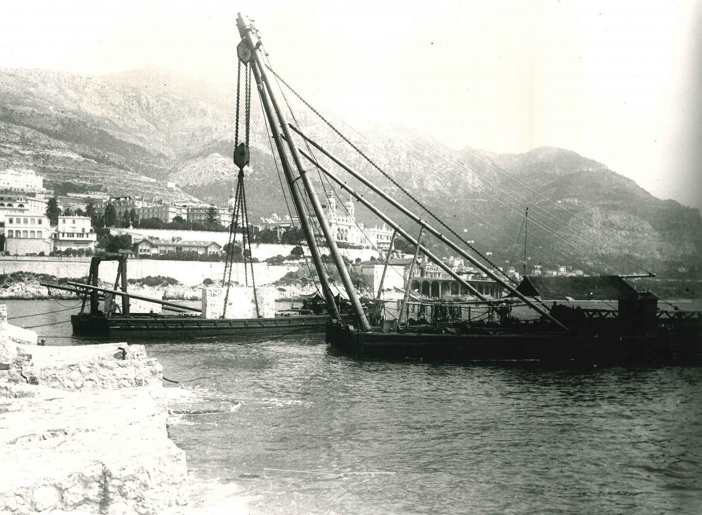 Les blocs de pierre sont versés dans la mer à Monaco.